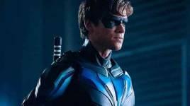 Star Brenton Thwaites de TITANS révèle ses ambitions sur grand écran pour l'aile de nuit