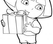 Coloriage dessin  Dora tient un cadeau