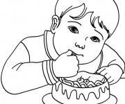 Coloriage et dessins gratuit Enfant qui Mange Un Gâteau à imprimer