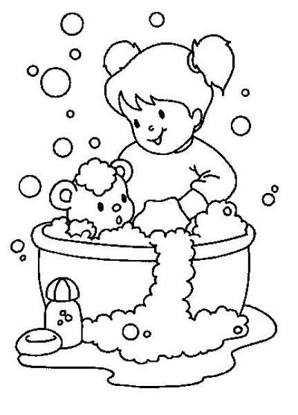 Coloriage et dessins gratuits La Fille baigne sa Peluche à imprimer