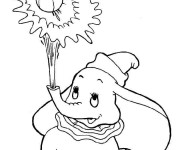 Coloriage Dumbo tire un ballon