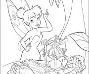 Coloriage et dessins gratuit Fee Clochette entrain de cuisiner à imprimer