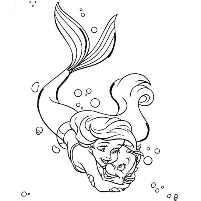 Coloriage et dessins gratuits Princesse Ariel étreint Polochon à imprimer