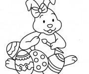 Coloriage Lapine mignonne  en train de décorer les oeufs de Pâques