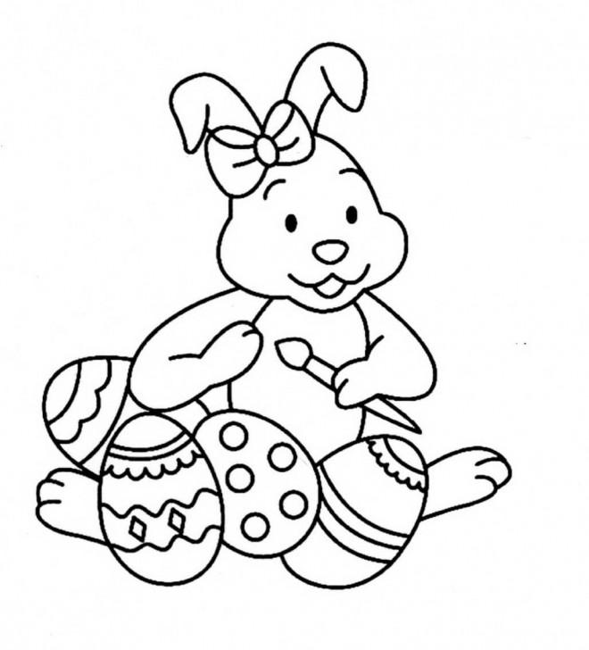 Coloriage et dessins gratuits Lapine mignonne  en train de décorer les oeufs de Pâques à imprimer