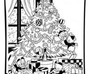 Coloriage et dessins gratuit La famille de Donald décorent le Sapin de Noel à imprimer
