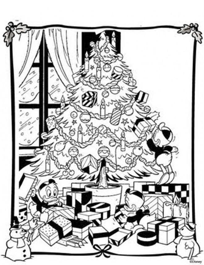 Coloriage et dessins gratuits La famille de Donald décorent le Sapin de Noel à imprimer