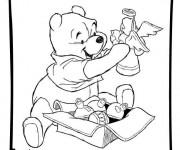Coloriage Winnie avec ses Jouets à télécharger