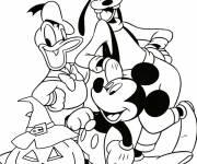 Coloriage et dessins gratuit Goofy, Donald et Mickey fiers de leur citrouille d'Halloween à imprimer