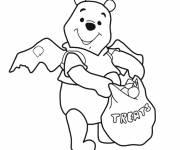 Coloriage et dessins gratuit Winnie l'ourson content de sa récolte à Halloween à imprimer