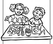 Coloriage et dessins gratuit Enfants font des Activités Manuelles à imprimer