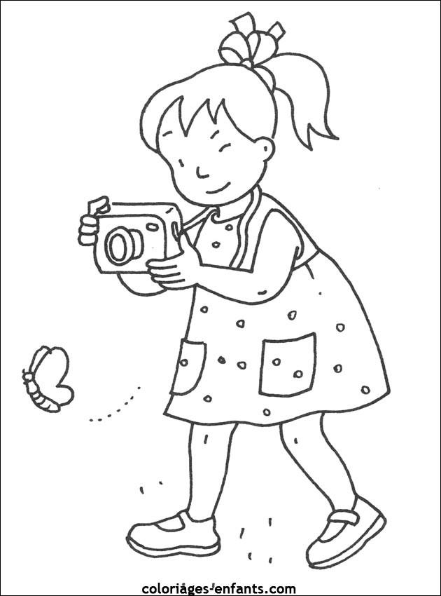 coloriage une petite fille photographe dessin gratuit. Black Bedroom Furniture Sets. Home Design Ideas