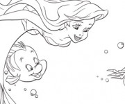 Coloriage Princesse Ariel nage avec les Poissons