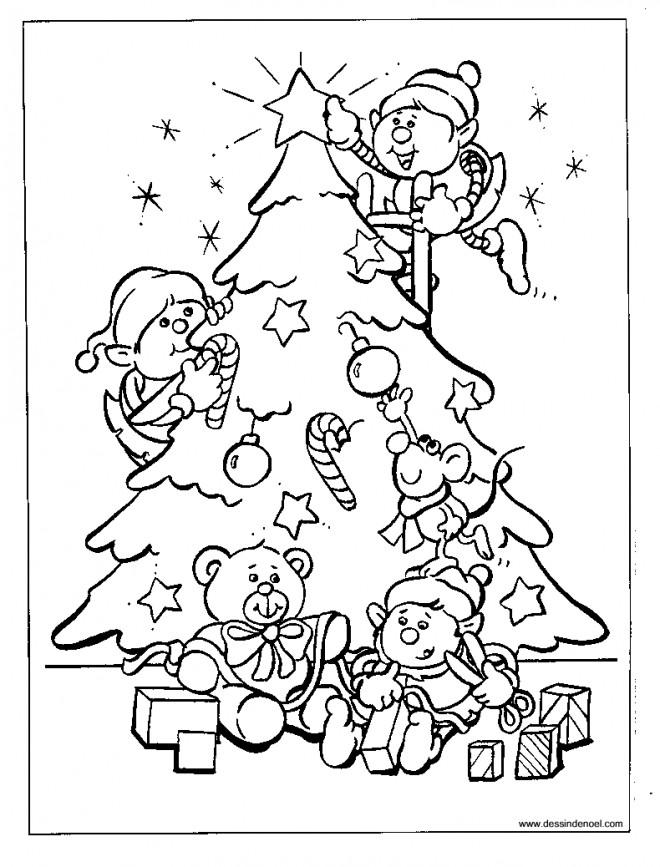 Coloriage et dessins gratuits Les assistants de Noël décorent le Sapin à imprimer