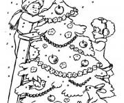 Coloriage Les enfants décorent le Sapin enneigé