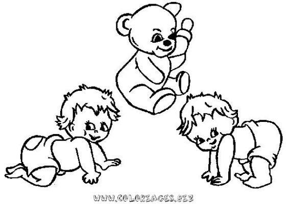 Coloriage et dessins gratuits Les bébés et leur peluche en jouant à imprimer