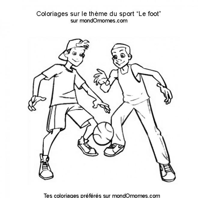 Coloriage et dessins gratuits Les garçons jouent au foot à imprimer