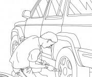 Coloriage et dessins gratuit Mécanicien change la roue d'une voiture à imprimer