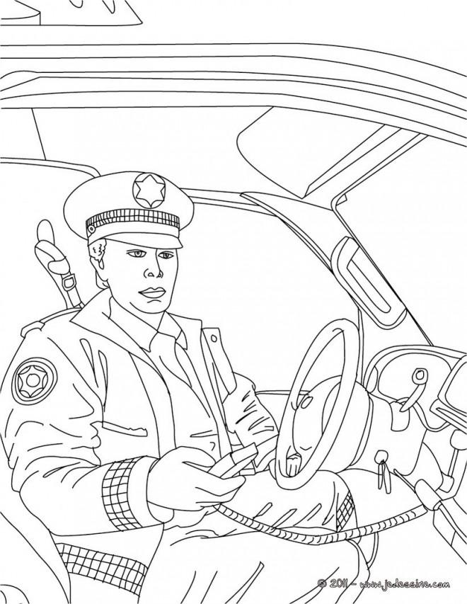 Coloriage et dessins gratuits Le policier prend le radio dans sa main à imprimer
