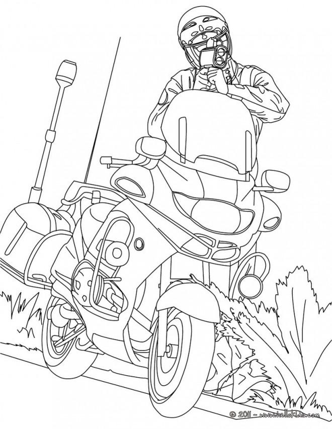 Coloriage Officier de police près de sa moto