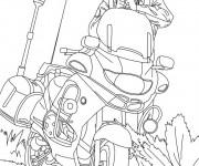 Coloriage et dessins gratuit Un policier sort son arme près de sa moto à imprimer