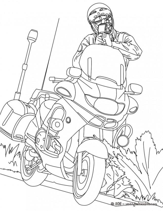Coloriage et dessins gratuits Un policier sort son arme près de sa moto à imprimer