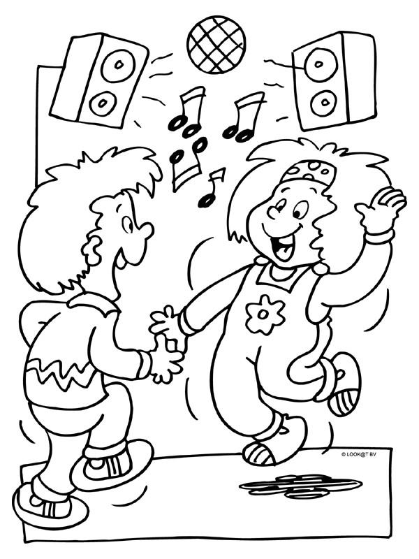 Coloriage et dessins gratuits Les petits s'amusent avec la musique à imprimer
