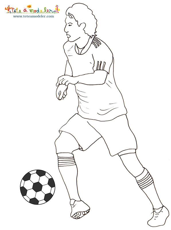 Coloriage et dessins gratuits Joueur de Foot en attaque à imprimer
