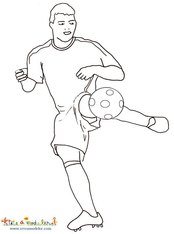Coloriage Joueur De Foot Va Tirer Dessin Gratuit à Imprimer