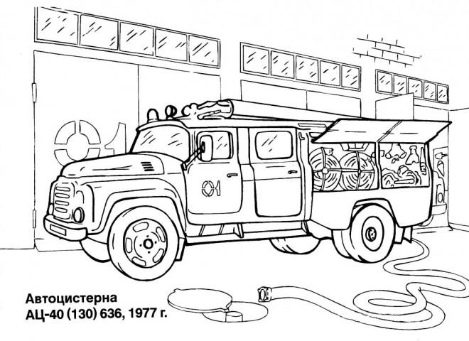 Coloriage et dessins gratuits Camion Pompier au garage à imprimer